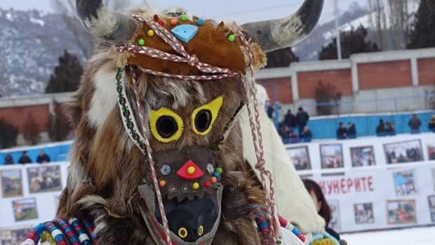 """Над 3000 кукери от цялата страна участват в традиционния фестивал """"Симитлия – древната земя на кукерите"""""""