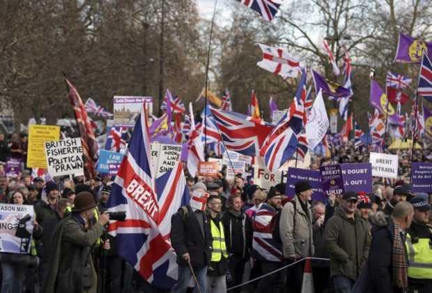 """Британски """"жълти жилетки"""" на протест срещу Брекзит"""