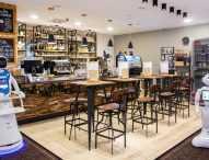 Роботи сервират храна и танцуват в кафене в Будапеща