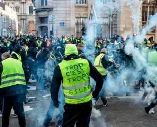 """Сълзотворен газ срещу """"жълти жилетки"""" в Париж, има арестувани"""