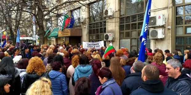 Протест на медицински специалисти пред здравното министерство