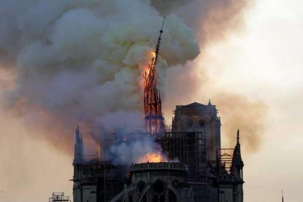 """Пожарът в """"Нотр Дам"""" е овладян, Макрон обеща пълно възстановяване на катедралата"""