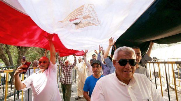 Египтяните гласуват на референдумът за промени в конституцията