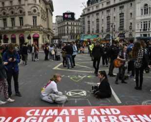 Протестиращите срещу климатичните промени в Лондон заплашиха да блокират летище Хийтроу