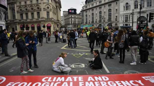 За втори пореден ден екоактивисти блокираха центъра на Лондон