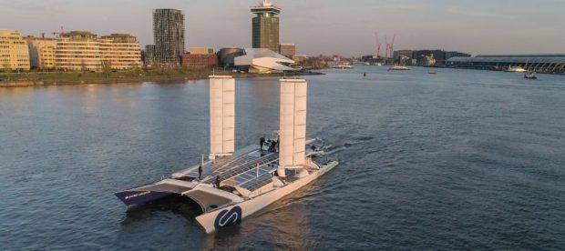 Лодка на възобновяеми енергии и водород плава из каналите на Амстердам
