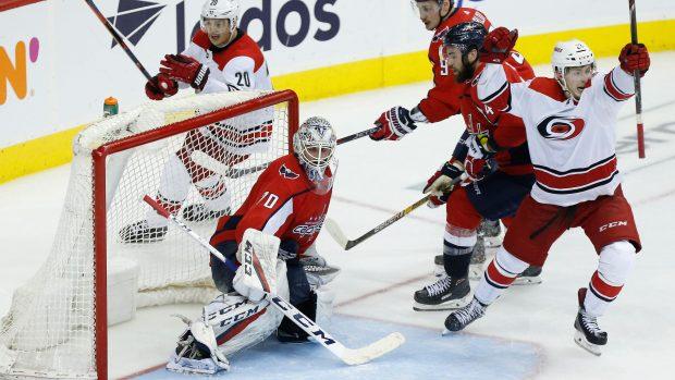 Каролина отстрани шампиона Вашингтон от плейофите в НХЛ