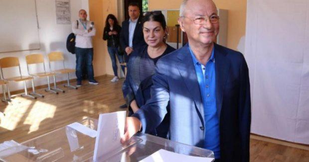 """Почетният председател на ДПС Ахмед Доган гласува в столичното 36 СУ """"Максим Горки"""""""