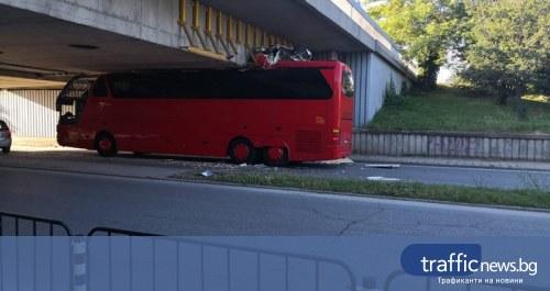 """Автобус се заклещи под един от мостовете на булевард """"Марица-юг"""" в Пловдив"""