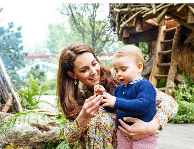 Джордж, Шарлот и Луи се забавляват в градината на майка им