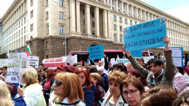 Медицински сестри от цялата страна отново протестираха за по-високи заплати