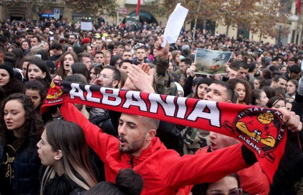 Ескалация на напрежението по време на протест на опозицията в Тирана