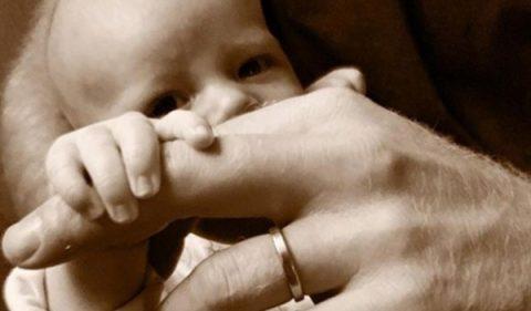 Принц Хари публикува снимка на сина си Арчи по повод Деня на бащата