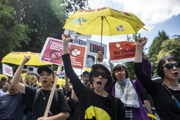 """""""Черен марш"""" на недоволството наводни Хонконг"""