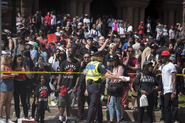 """Стрелба окървави шампионския парад на """"Торонто Раптърс"""" в Канада"""