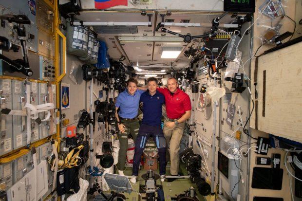 Трима от членовете на екипажа на Международната космическа станция се приземиха успешно в степта на Казахстан