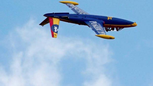 Опитен ас прави акробатични номера във въздуха на авиоизложението в Париж