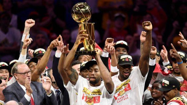 Около 2 млн. фенове приветстваха новите шампиони в НБА Торонто Раптърс