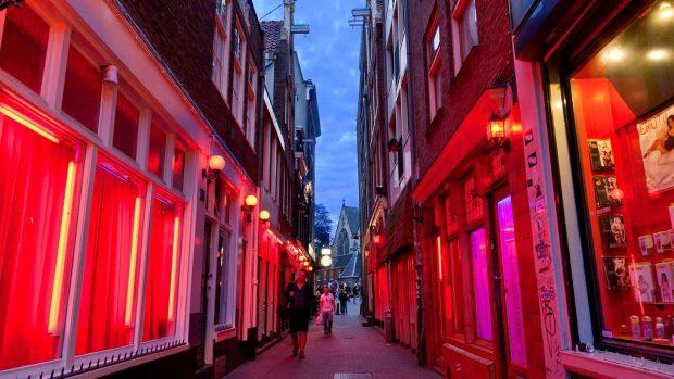 Първата жена кмет на Амстердам планира преустройство на квартала на червените фенери