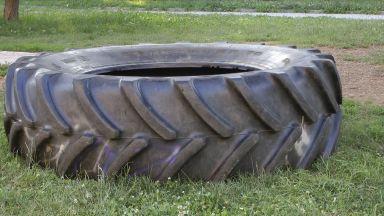 С опасност за живата остава детето затиснато от тежка гума във Велико Търново