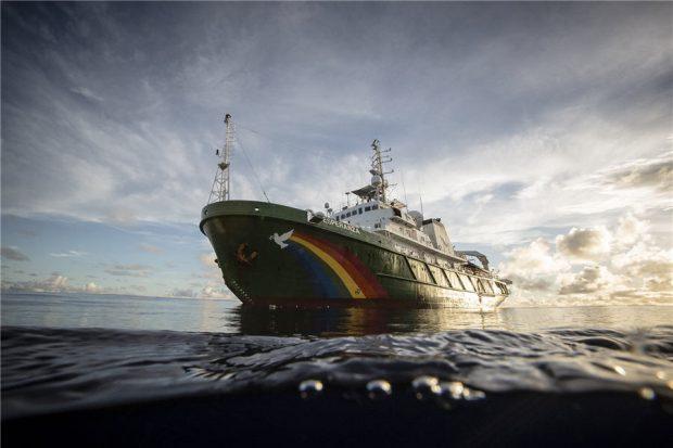"""Кораб на """"Грийнпийс"""" търси в Атлантическия океан свидетелства за произхода на живота"""