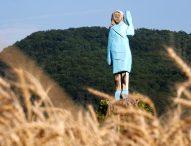 Увековечиха Мелания Тръмп с дървена статуя в родния й град Севница