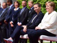 Меркел наруши протокола, изслуша седнала датския химн