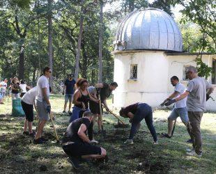 Десетки доброволци заедно почистиха двора на Обсерваторията в София от храсти и корени