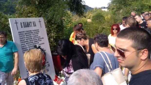 Осветиха паметната плоча с имената на загиналите при катастрофата в Своге преди година
