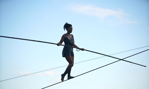 Френска акробатка премина по въже над река Вълтава в Прага