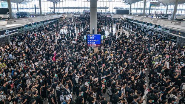 След сблъсъци на летището в Хонконг полетите бяха възстановени