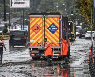 Продължава отводняването на жилища и магазини в Истанбул след пороите