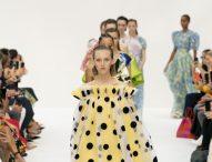"""Каролина Ерера"" завладя подиума в Ню Йорк с цвят и елегантност"