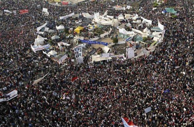 Полицията използва сълзотворен газ, за да разпръсне демонстранти, събрали се на площад Тахрир