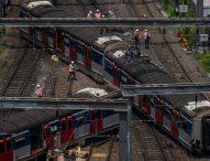 Пътнически влак в Хонконг дерайлира в сутрешния час пик, има пострадали