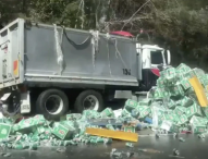 Стотици кенчета бира на пътното платно след катастрофа затвориха път в Австралия