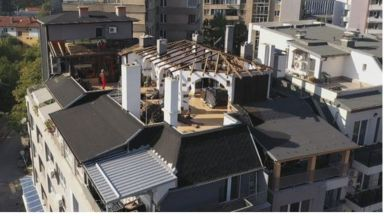 Пламен Георгиев премахва незаконните постройки на терасата си