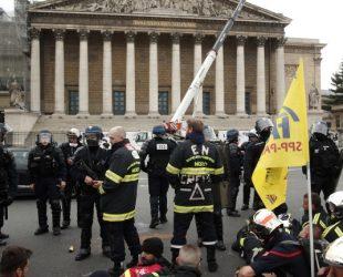 Полицията в Париж използва сълзотворен газ и водни оръдия срещу протестиращи пожарникари