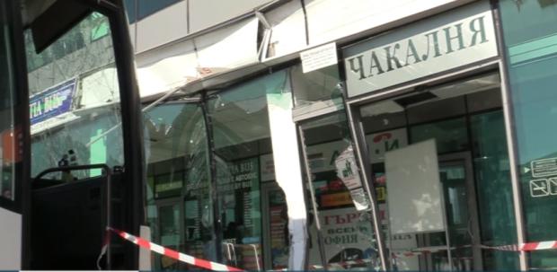 """Автобус се вряза в чакалнята на автогара """"Сердика"""" в София"""