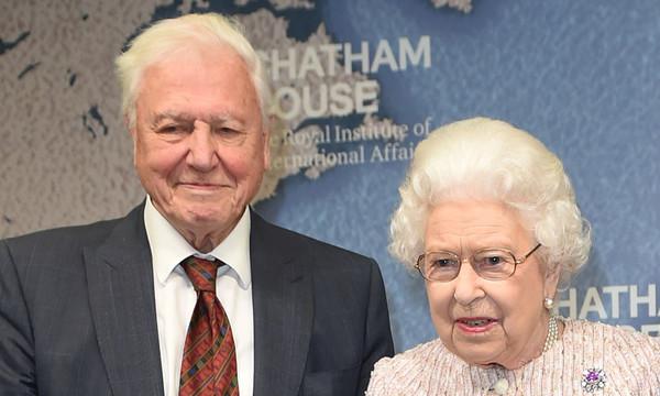 """Елизабет II награди Дейвид Атънбъро за документалната поредица """"Синята планета"""""""