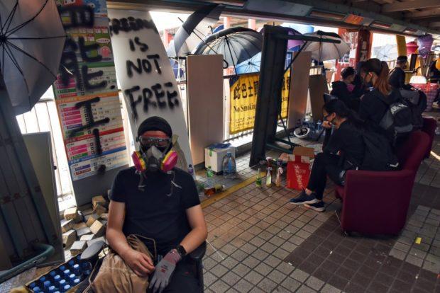 Студенти се барикадираха в кампусите на университети в Хонконг