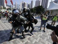 Полицията в Хонконг отново стреля по протестиращи, видеа с насилие заливат мрежата