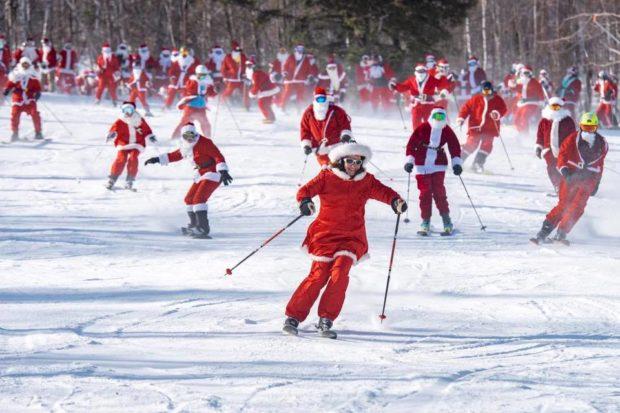 За 20-та поредна година 240 души, облечени като Дядо Коледа, караха ски и сноуборд в щата Мейн.
