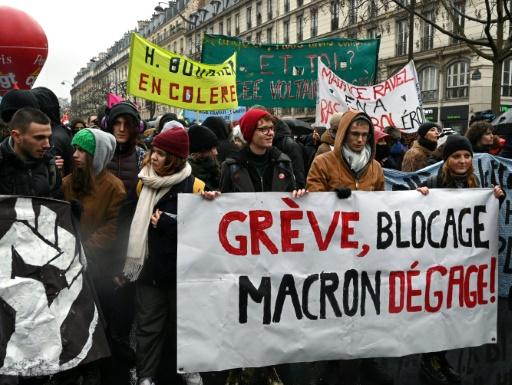 Франция отново е парализирана от стачни действия, Макрон призова за търпение