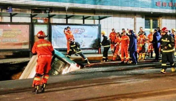 Дупка в пътя погълна автобус в Китай, има жертви