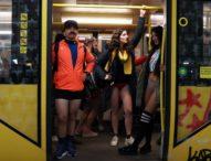 За поредна година стотици нюйоркчани се качиха в метрото в Голямата ябълка без панталони