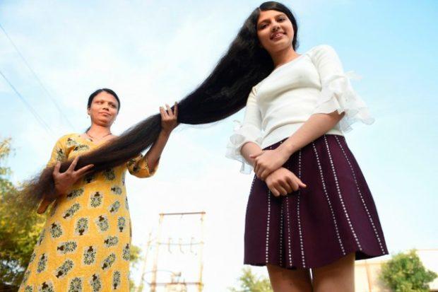 """17-годишна индийка подобри собствения си рекорд за """"най-дълга коса на тийнейджър"""""""