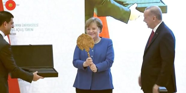 Реджеп Ердоган подари на Ангела Меркел огледало и шлем при визитата й в Истанбул
