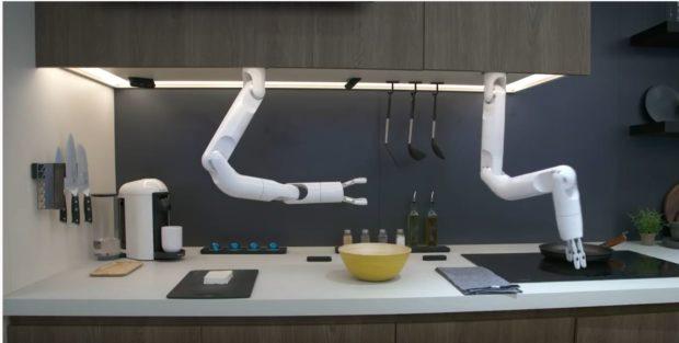 Роботи готвачи и сервитьори бяха показани на изложението CES в Лас Вегас
