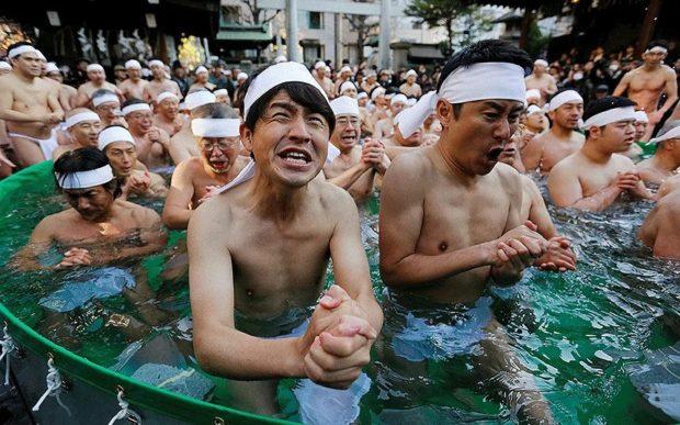 """Традиционно къпане за здраве и късмет в ледените води на светилището """"Тепузо Инари"""" в Токио"""